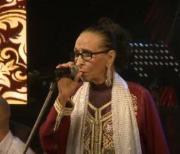 Hajja Hamdaouia, l'icône de la chanson populaire marocaine, sur la scène du Festival des musiques andalouses à Essaouira, en 2018 © capture d'ecran/Festival Essaouira