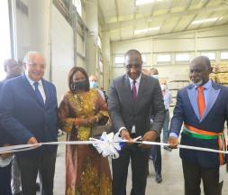Souleymane Diarrassouba, le ministre du Commerce et de l'Industrie, en compagnie de Zouhair Bennani, le président du groupe Retail Holding, lors de la cérémonie de l'inauguration de la nouvelle plateforme logistique dans la zone industrielle de Yopougon, le 28 mai 2021 © DR