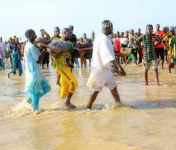Des sauveteurs sortent le corps d'un homme de l'eau après un naufrage sur le fleuve Niger, à Ngaski, dans le nord-ouest du Nigeria, le 26 mai 2021 © AFP