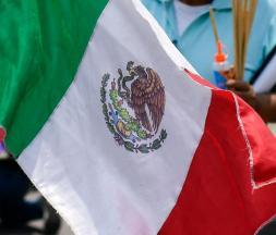 Un drapeau mexicain lors d'une manifestation, à Mexico le 2 mai © AFP