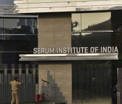 Devant le Serum institute of India, le 11 janvier 2021 © AFP