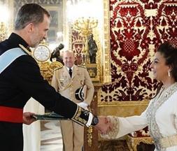 Karima Benyaich, ambassadrice du Maroc à Madrid saluant le Roi d'Espagne Felipe VI © DR