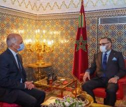 Le roi Mohammed VI en compagnie de Chakib Benmoussa ce mardi à Fès © DR