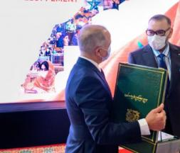Chakib Benmoussa présentant le rapport du nouveau modèle de développement au roi Mohammed VI © DR