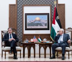 Le secrétaire d'État américain, Antony Blinken, s'exprime lors d'une conférence de presse conjointe avec le président de l'Autorité palestinienne, Mahmoud Abbas, dans la ville de Ramallah, en Cisjordanie, le 25 mai 2021 © Reuters