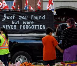 Les hommages se sont multipliés après la découverte de 215 dépouilles d'enfants à proximité du site d'un ancien pensionnat autochtone, au Canada. © Cole Burston, AFP