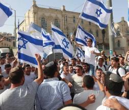 Le 10 mai 2021, des Israéliens agitent des drapeaux nationaux lors d'un défilé de la Journée de Jérusalem, à Jérusalem. © Ariel Schalit, AP