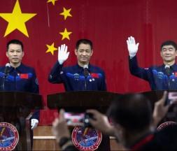 Les trois astronautes Chinois en mission dans une station spatiale © DR