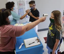 Des professeurs de sciences enregistrent les élèves avant une session d'été dans une école de Wylie, au Texas © Associated Press