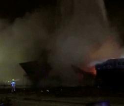 Un conteneur en feu dans le port de Dubaï, le 7 juillet 2021 © via REUTERS - WAM