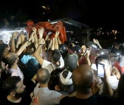 Des Libanais dressent une barricade lors d'une manifestation devant un ministre accusé de blocage dans l'enquête sur l'explosion au port de Beyrouth, le 13 juillet 2021. © Mohamed Azakir, Reuters