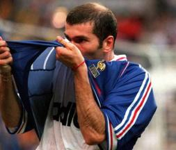 Zinédine Zidane lors de la finale de la Coupe du monde de football face au Brésil, le 12 juillet 1998 au Stade de France à Saint-Denis © AFP