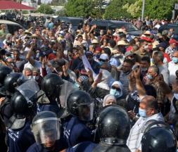 Heurts devant le Parlement tunisien © DR