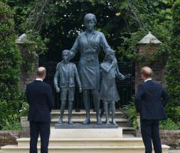 Kensington Palace : les princes Harry et William dévoilent la statue de la princesse Diana