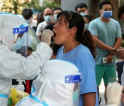 Les tests PCR ont fait leur retour en Chine, comme ici à Zhengzhou le 31 juillet 2021. © AFP