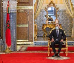 Abdellatif Jouahri, Wali de Bank Al-Maghrib (BAM), présente au Souverain le rapport annuel de la banque centrale marocaine sur la situation économique, monétaire et financière au titre de l'exercice 2020 © DR