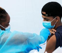 1,3 million d'élèves âgés de 12 à 17 ans, 43% de la population cible, ont reçu la première dose © AFP/Frédéric Pétry/Hans Lucas. REUTERS/Mike Segar