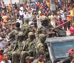 À Conakry, les opposants au président Condé célèbrent son arrestation par les militaires, le 5 septembre 2021 © AFP