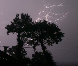 Bruno Saint-Louis, habitant de Noyal-Pontivy (Morbihan) a filmé les forts orages, dans la nuit du mardi 7 au mercredi 8 septembre 2021. (©Bruno Saint-Louis)