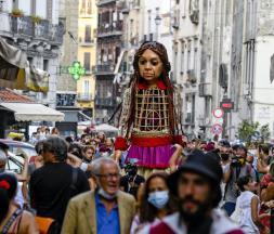 """Enfants réfugiés : le voyage de """"petite Amal"""" à travers l'Europe"""