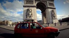 Taxi casablancais roulant à Paris