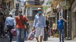 Hommes portant le masque, dans une rue de la vieille ville de Tanger, après l'annonce des mesures de confinement. Le 14 juillet 2020 © AFP