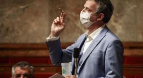 François-Michel Lambert, joint à la main, mardi, à l'Assemblée nationale, à Paris © Photo News