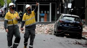 Des secouristes examinent un bâtiment endommagé dans le quartier commercial de Chapel Street, à Melbourne, le 22 septembre 2021. © William West, AFP