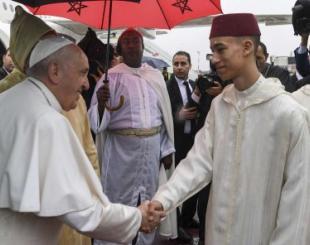 Le prince héritier Moulay El Hassan (droite) saluant le pape François, samedi 30 mars 2019 à Rabat © Fadel Senna/AP/SIPA