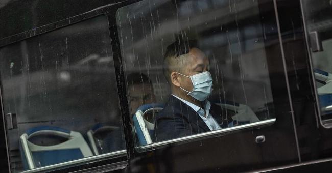 La Chine suspend les transport et relève le bilan à 26 morts et 830 cas