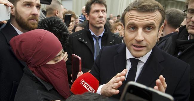 """Emmanuel Macron s'engage à lutter contre le """"séparatisme islamiste"""""""