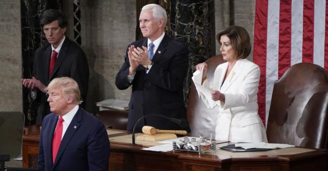 Pelosi déchire le discours de Donald Trump en direct