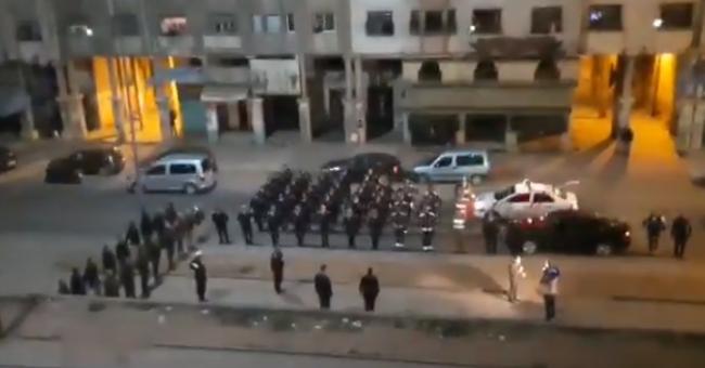 Les forces de l'ordre saluent les habitants confinés