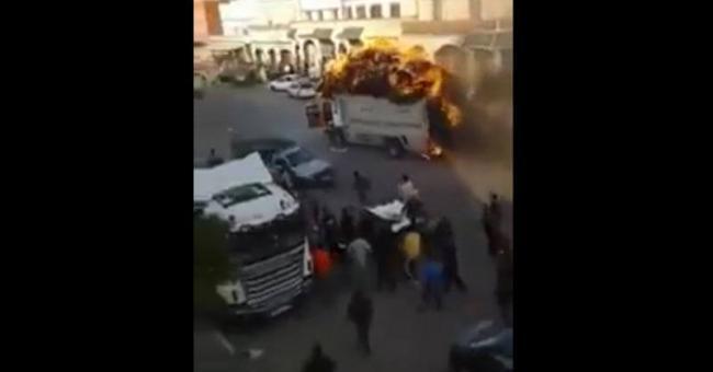 Un chauffeur roule avec un camion en feu
