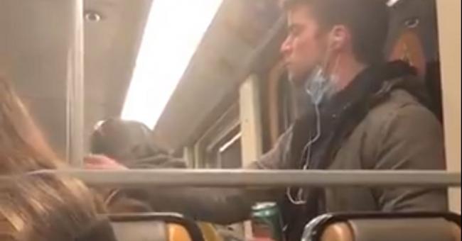 Coronavirus : la vidéo virale d'un navetteur qui répand sa salive dans un métro