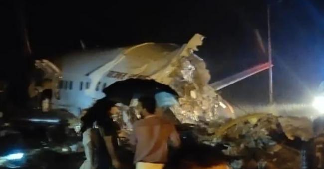 Inde : un avion brisé en deux lors d'un atterrissage en catastrophe
