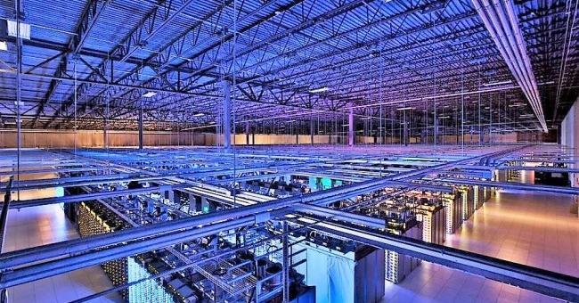 L'un des datacenters de Google abritant des milliers de serveurs sur lesquels des services de messagerie sont utilisés ainsi que ceux de YouTube © Google