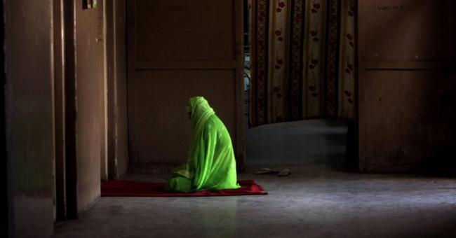 Une femme prie lors du ramadan © AFP