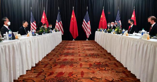L'équipe américaine face à l'équipe chinoise lors d'une rencontre en Alaska, le 18 mars 2021. © Frederic J. Brown, AFP