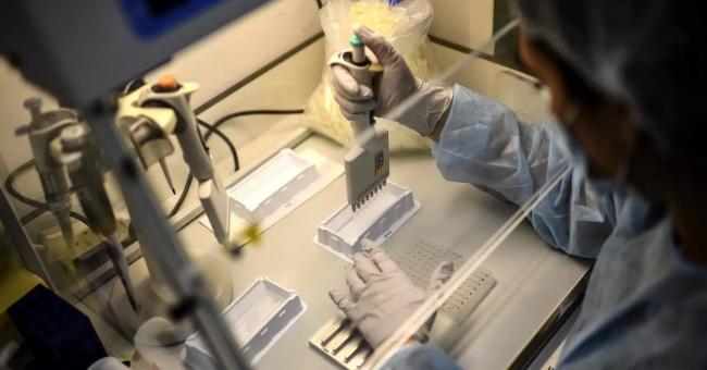 Une technicienne étudie le génome de la Covid-19 et de ses variants à l'Institut Pasteur. Paris, le 21 janvier 2021 © AFP