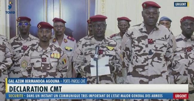 Le général Azem Bermandoa Agouna, porte-parole de l'armée tchadienne, au centre, annonce la mort du président tchadien Idriss Déby Itno, à la télévision d'État mardi 20 avril 2021 © Tele Tchad via AP