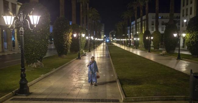 Une femme marchant dans les rues vides pendant le couvre-feu © AP Photo/Mosa'ab Elshamya
