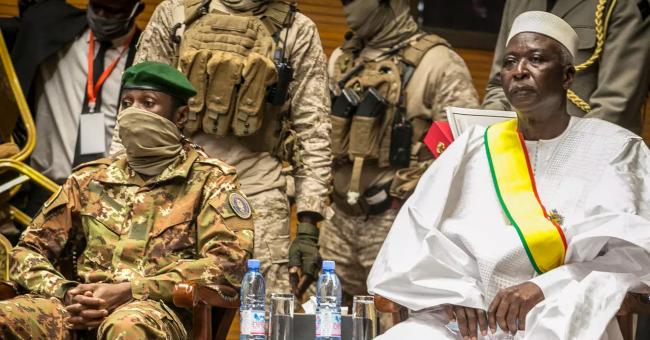 Le président de la transition malienne, Bah Ndaw (à droite), et le vice-président, Assimi Goïta (à gauche), lors de la cérémonie d'inauguration au CICB (Centre International de Conférences de Bamako) à Bamako, le 25 septembre 2020 © AP