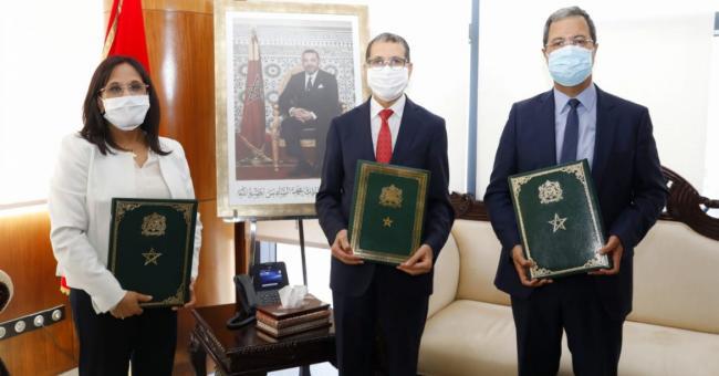 La cérémonie de signature de la convention, présidée par Saad Dine El Otmani, chef du gouvernement en présence d'Amina Bouayach, la présidente du CNDH, et de Abdellatif Zaghnoun, Directeur général de la CDG © DR