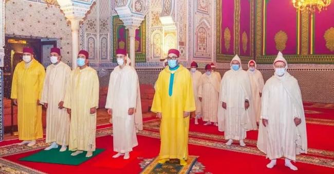 Accompagné du prince Héritier Moulay El Hassan et du prince Moulay Rachid, le roi Mohammed VI a commémoré Laylat Al-Qadr © DR