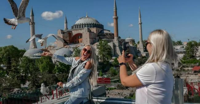 Une touriste ukrainienne pose pour une photo près de la mosquée Sainte-Sophie à Sultanahmet à Istanbul, le 9 mai 2021 © AFP
