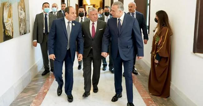 Le Premier ministre irakien Moustafa al-Kazimi (D) reçoit le président égyptien Abdel Fattah al-Sissi (G) et le roi Abdallah II de Jordanie dans la capitale Bagdad, le 27 juin 2021. © AFP, HO, service de presse du Premier ministre irakien