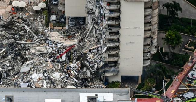 Vue aérienne de l'effondrement d'un immeuble à Surfside, le 24 juin 2021 à Miami Beach, en Floride © AFP