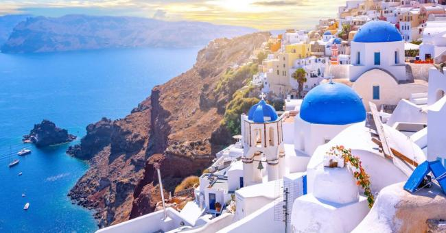 Fira est la capitale de Santorin, une île grecque de la mer Égée © Adobe Stock