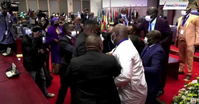 L'élection du bureau a viré au pugilat, le 31 mai 2021, à Midrand, en Afrique du Sud @ Capture d'écran News24 / DR